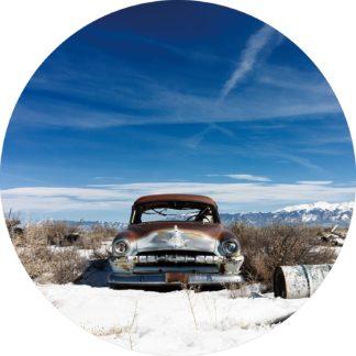 Glasschilderij Oldtimer auto in bergen